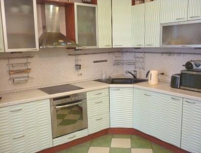 кухня белая с фасадом ракушка